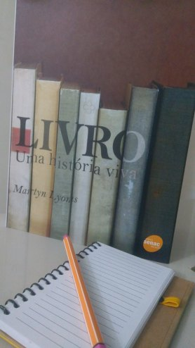 """Fotografia colorida da capa da obra intitulada """"Livro: uma história vida""""."""